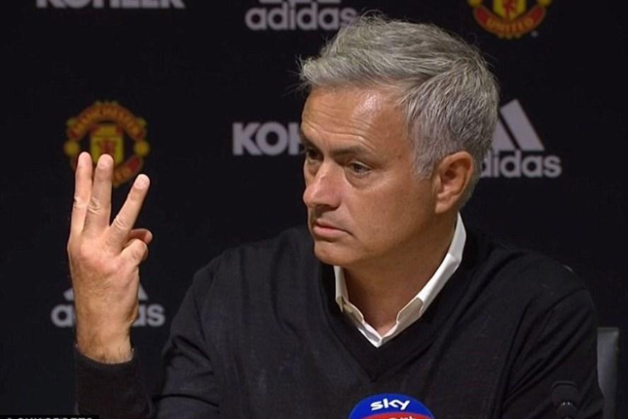 HLV Mourinho giơ 3 ngón tay về phía báo giới sau trận thua Tottenham. Ảnh: Sky Sports
