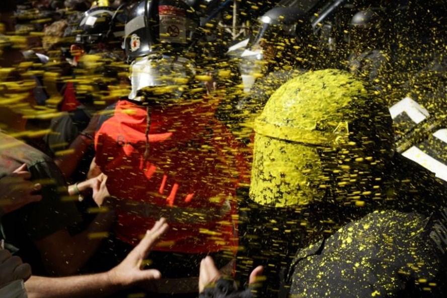 Bạo lực bùng phát ngày 29.9 ở Barcelona. Ảnh: AP.