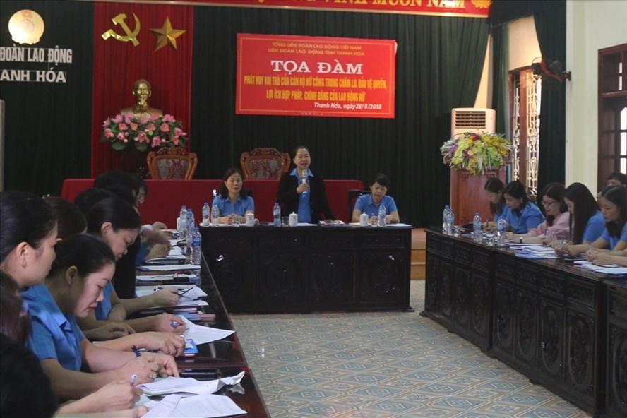 Đồng chí Nguyễn Thị Thu Hồng - Phó Chủ tịch Tổng LĐLĐVN - chủ trì toạ đàm. Ảnh: X.H