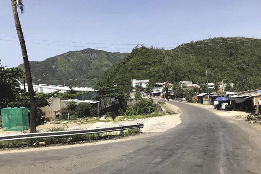 Một làng chài trong hóc núi.