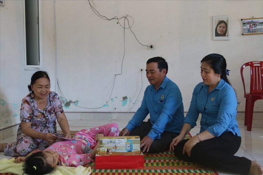 Chủ tịch LĐLĐ tỉnh Quảng Nam Phan Xuân Quang đến thăm, tặng quà cho các em khuyết tật. Ảnh: Đ.V