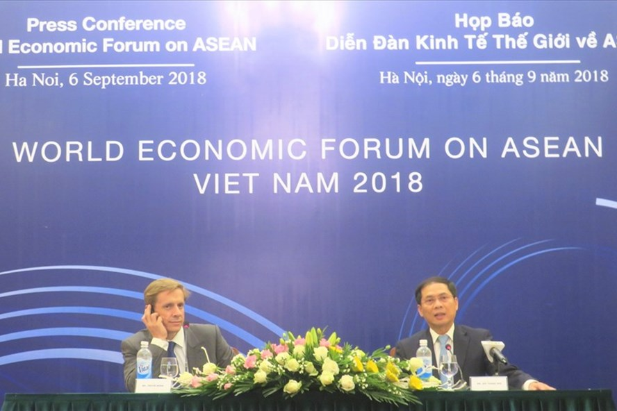 Ông Justin Wood – Giám đốc khu vực Châu Á - Thái Bình Dương của Diễn đàn Kinh tế Thế giới (trái) tại cuộc họp báo chiều 6.9. Ảnh: P.V.