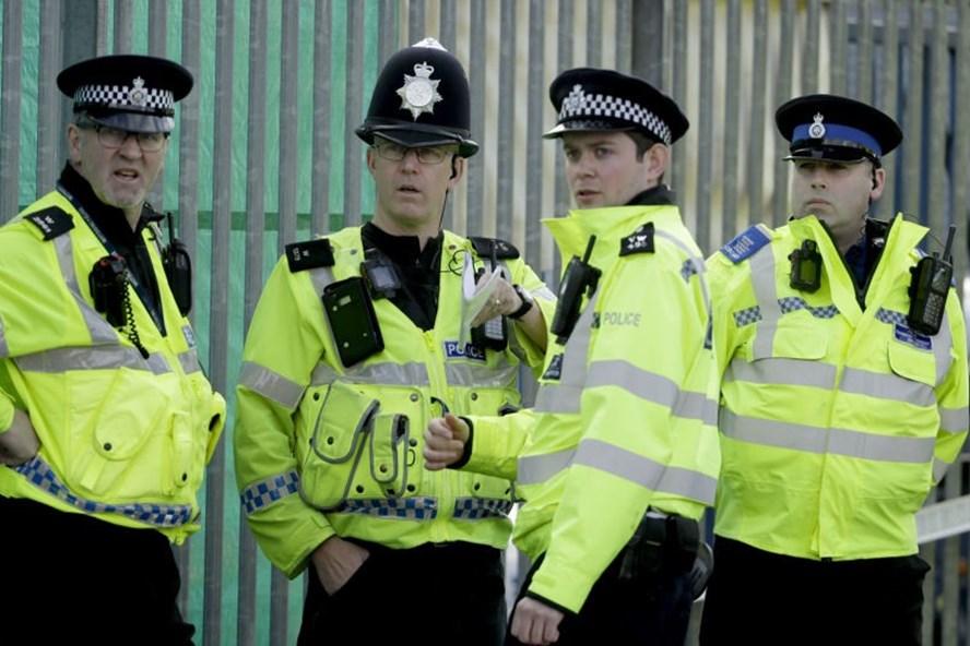 Cảnh sát Anh tại Salisbury - Ảnh: AP