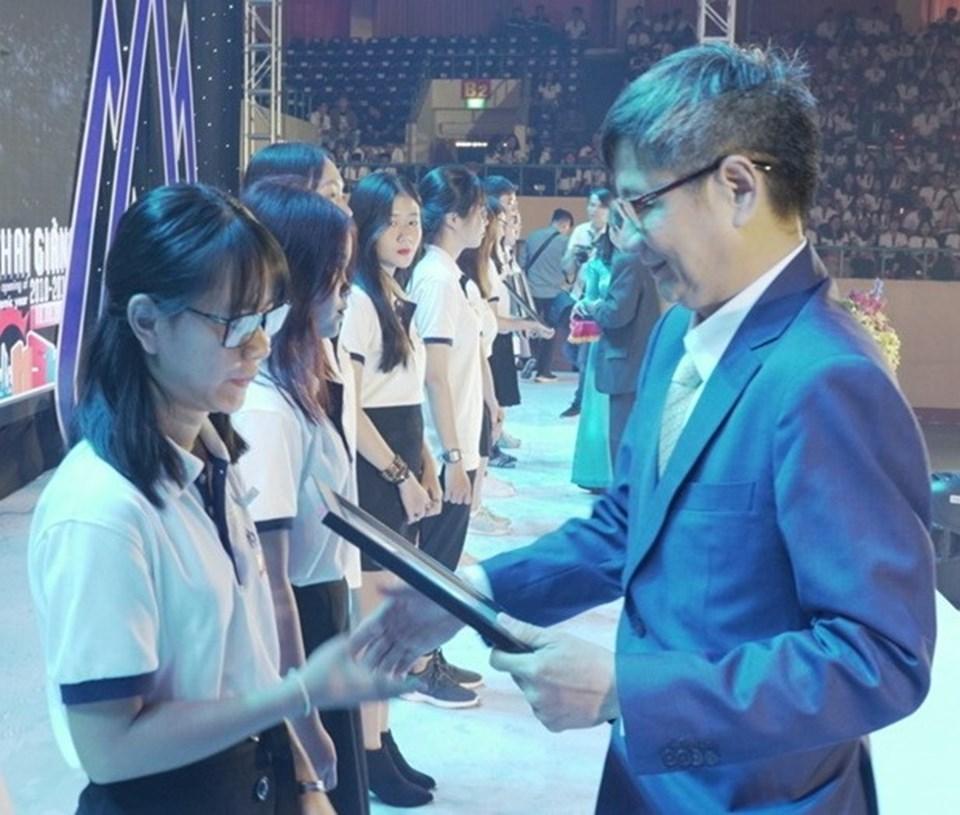 PGS.TS Trần Đan Thư (phải) Hiệu trưởng Đại học Hoa Sen, trao học bổng cho các sinh viên có thành thích học tập tốt.
