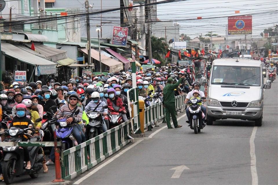 Bến phà Cát Lái hướng huyện Nhơn Trạch, Đồng Nai bị ùn ứ nghiêm trọng trong ngày đầu năm mới. Ảnh: T.S