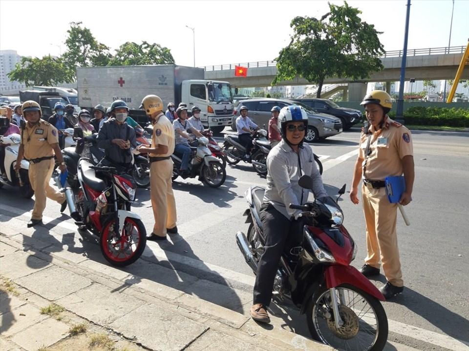 Nhiều người - nhất là người điều khiển xe máy - bị bất ngờ khi CSGT bắn tốc độ trên đường Võ Văn Kiệt . Ảnh: T.S