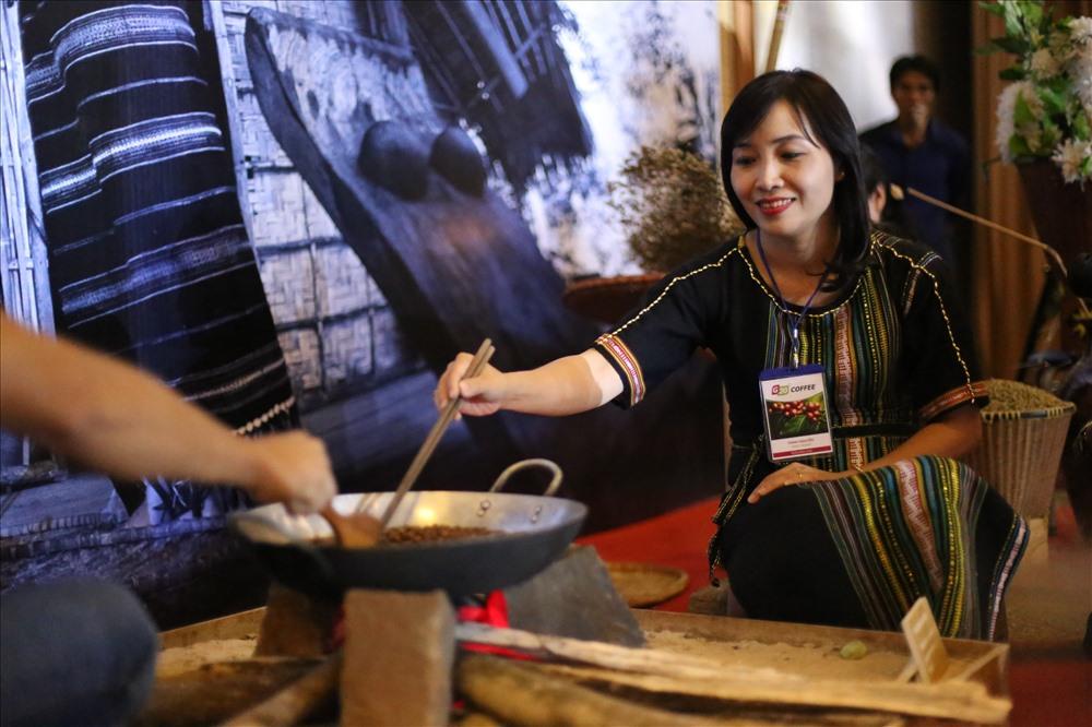 Các nghệ nhân thực hiện nghệ thuật ran cà phê truyền thông theo cách của người đồng bào Tây Nguyên.