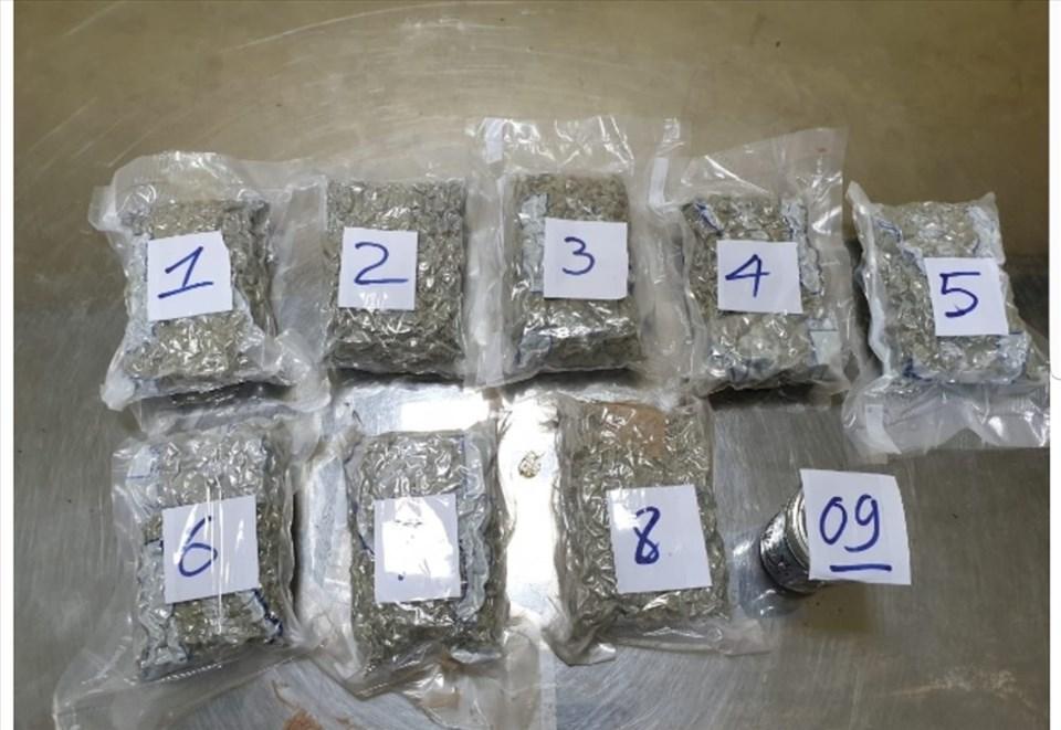 8 gói ma túy dạng thực vật và 1 lọ chất dẻo nghi là ma túy tổng hợp bị phát hiện trong thùng hàng từ Mỹ gửi về. Ảnh: H.Q