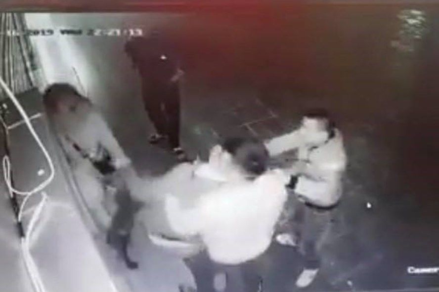 Cảnh cô gái bị nhóm thanh niên trêu ghẹo, hành hung dã man ở Linh Đàm đêm 16.1. Ảnh cắt từ clip