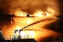 Hai tàu bốc cháy ngùn ngụt ở eo Kerch - tâm điểm đối đầu Nga-Ukraina