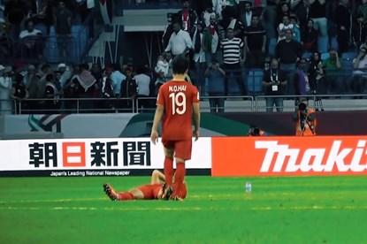 Khoảnh khắc Quang Hải đỡ Minh Vương đứng dậy khi Việt Nam vào tứ kết