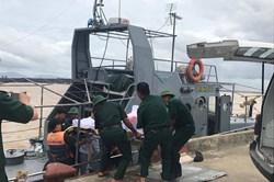 Chìm tàu chở than ở Quảng Bình, cứu sống 14 thuyền viên