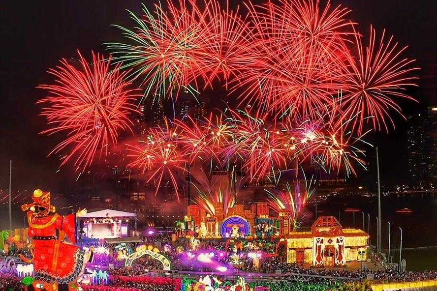"""Người dân Singapore cùng khách du lịch tham gia các hoạt động và chiêm ngưỡng pháo hoa tại lễ hội """"Rinver Hongbao""""."""