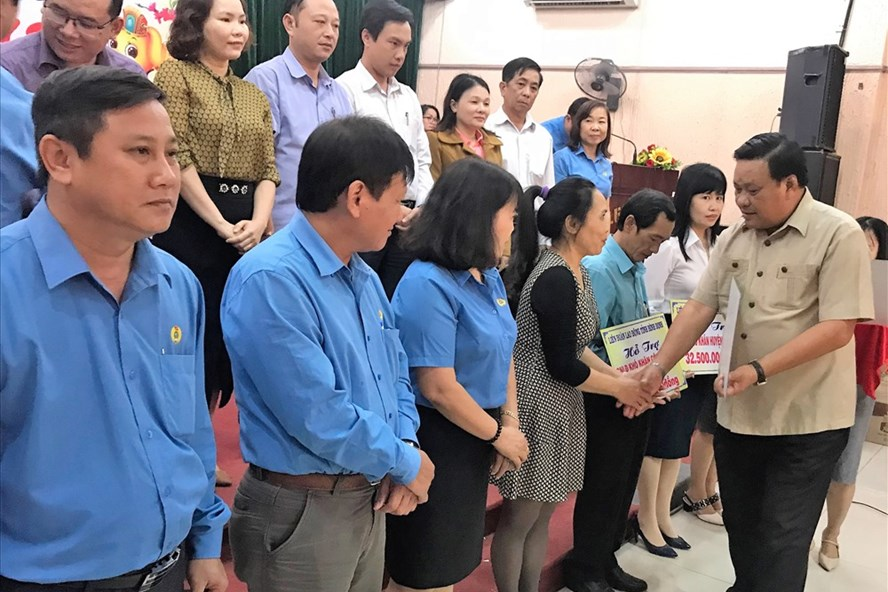 Phó Bí thư Tỉnh ủy Bình Định Lê Kim Toàn  trao quà Tết cho người nghèo