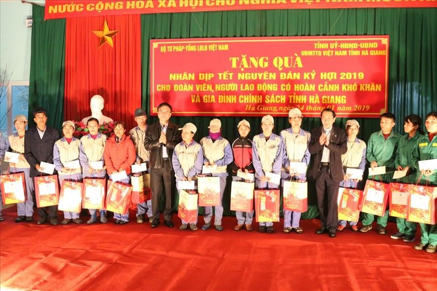 Đồng chí Lê Thành Long, Ủy viên TƯ Đảng, Bộ trưởng Bộ Tư pháp trao quà cho CNLĐ. Ảnh: PV