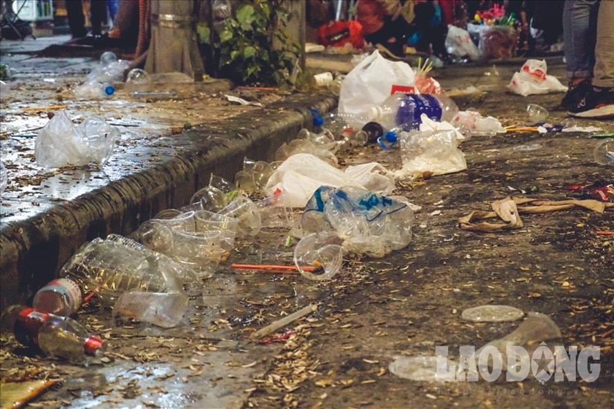 Tình trạng rác ngổn ngang sau lễ hội chào năm mới 2019 tại Hồ Gươm. Ảnh LĐ