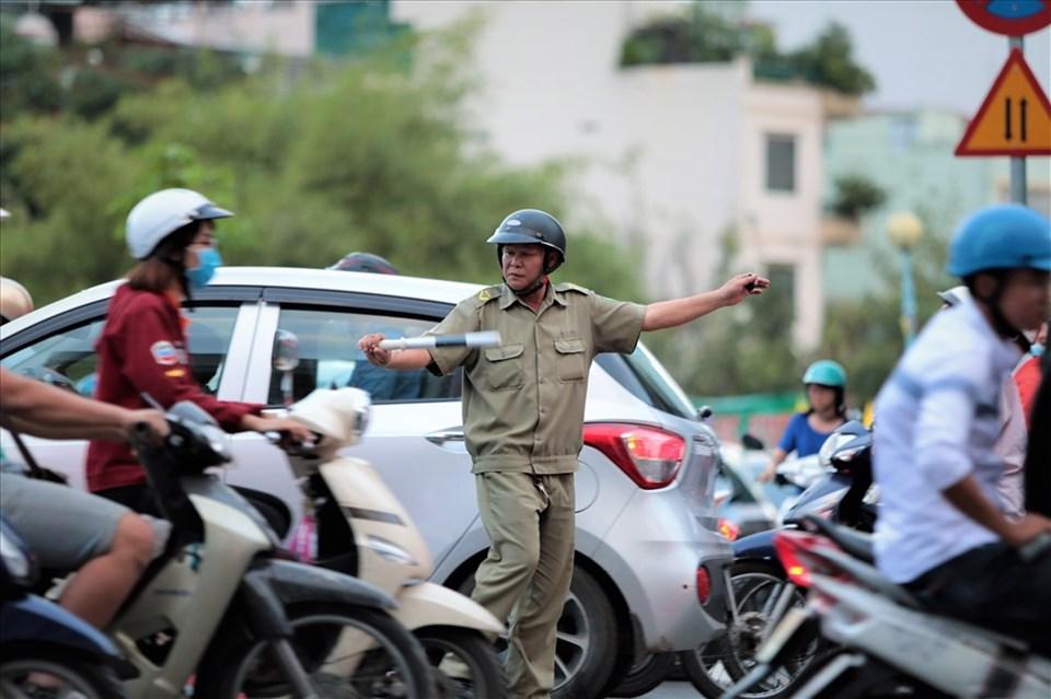 Để giải tỏa ùn ứ, người lực lượng CSGT, các bác bảo vệ dân phố cũng phải căng mình điều tiết. Điều đó cho thấy hiện vẫn còn nhiều người có ý thức giao thông chưa tốt. Ảnh: Trường Sơn