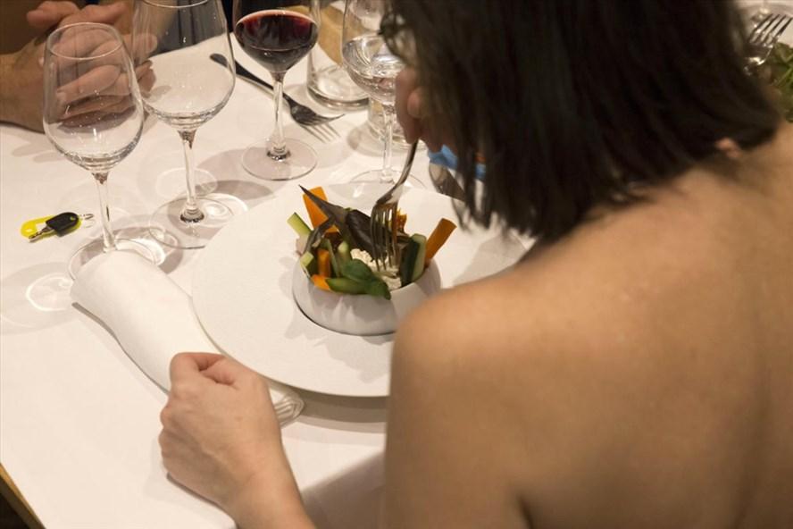 Ăn tối ở nhà hàng khoả thân O'Naturel. Ảnh: AFP