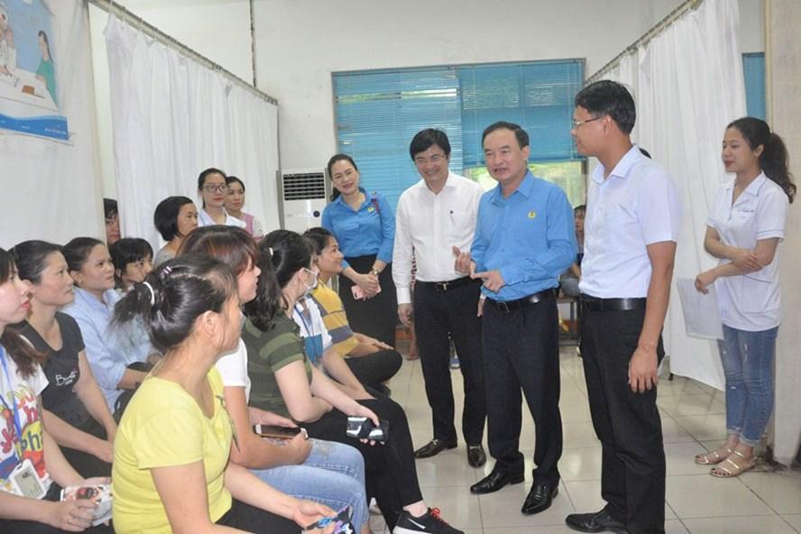 Lãnh đạo LĐLĐ Quảng Ninh và Sở Y tế tỉnh kiểm tra việc tuyên truyền, tư vấn chăm sóc sức khỏe cho nữ CNLĐ tại khu công nghiệp. Ảnh: T.N.D
