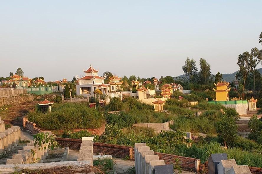 Nhiều khu đất xây mộ được dân lân cận nghĩa trang bán vô tội vạ, thu lợi trái phép ở Nghĩa trang Hà Khẩu (TP.Hạ Long). Ảnh: T.N.D