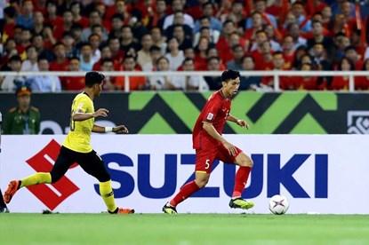 Văn Hậu cùng dàn cầu thủ tuyển Việt Nam tri ân CĐV sau trận thắng Malaysia