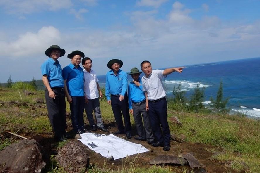 Đoàn công tác của Tổng LĐLĐ Việt Nam do Phó chủ tịch thường trực Trần Thanh Hải dẫn đầu đã khảo sát thực địa tại Lý Sơn hôm 10.10. ảnh: Thanh Hải