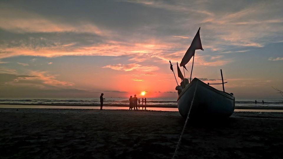 Kỳ ảo bình minh trên biển Quỳnh (Quỳnh Lưu - Nghệ An). Ảnh: Hồ Thỏa