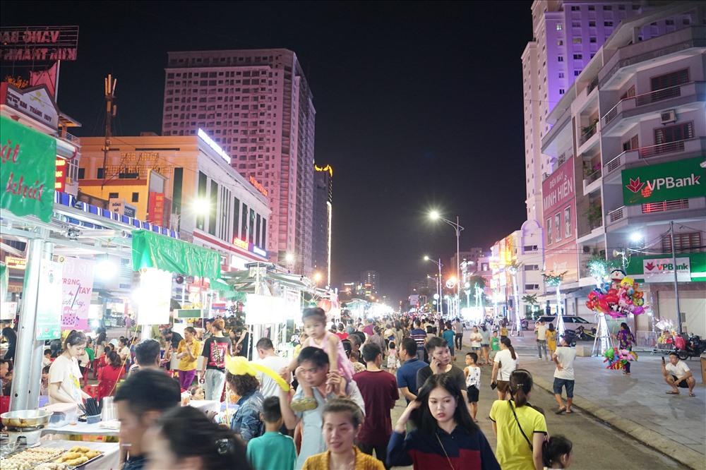 Phố Cao Thắng (TP Vinh- Nghệ An) rực rỡ về đêm. Ảnh: QĐ