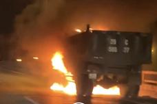 Xe tải bất ngờ cháy rừng rực trên cầu Vĩnh Tuy