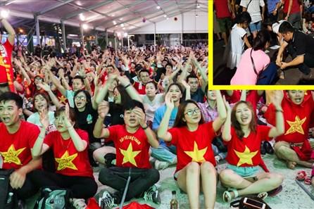 Việt Nam thắng đậm Indonesia: CĐV không quên dọn rác sau trận đấu