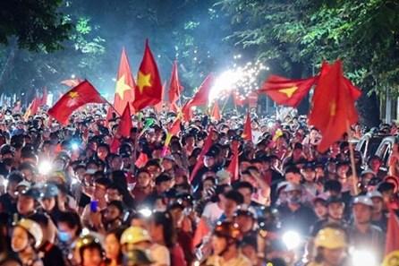 """Tuyển Việt Nam thắng Indonesia: CĐV """"nhuộm đỏ"""" đường phố Sài Gòn"""