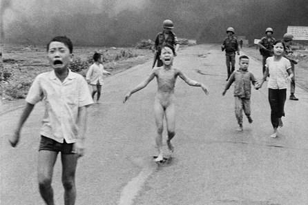 """""""Em bé Napalm"""" đứng đầu danh sách những bức ảnh gây chấn động thế giới"""