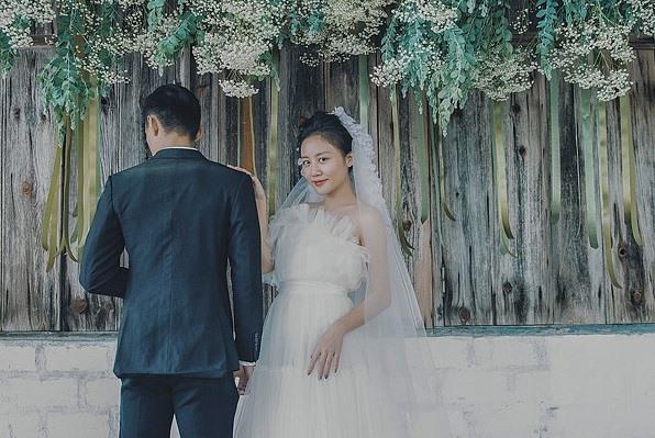 Chú rể trong ảnh cưới của Văn Mai Hương là ai?