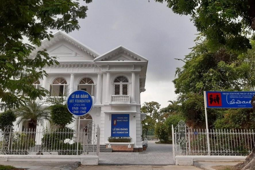 Trung tâm nghệ thuật Lê Bá Đảng (nằm trên trục đường Lê Lợi) đang xem xét để tháo dỡ hàng rào bằng sắt. Ảnh: PĐ
