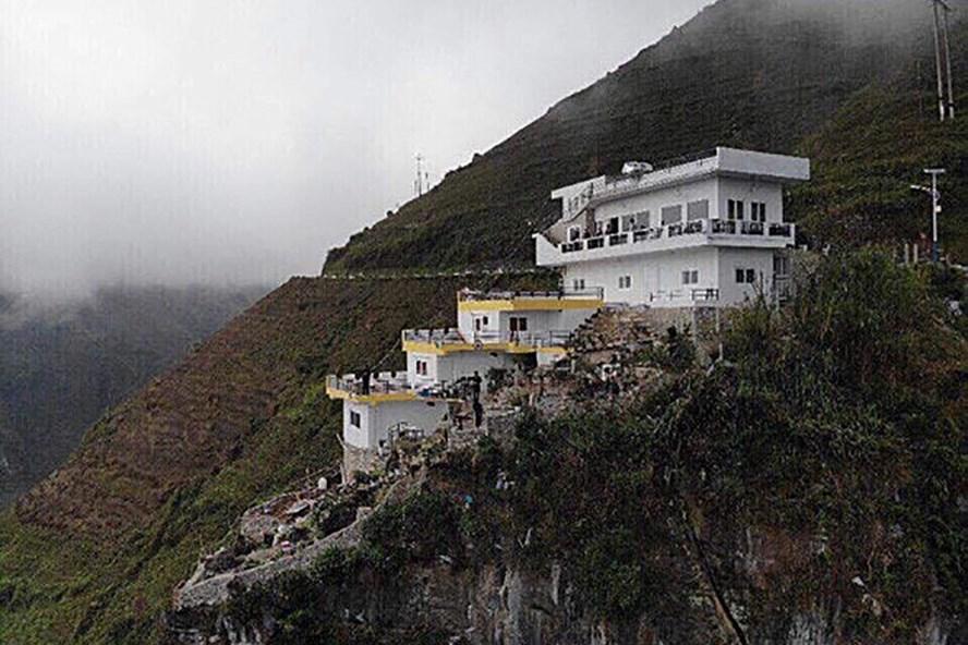 Công trình nhà nghỉ trên đèo Mã Pí Lèng (ảnh: Mã Pí Lèng Panorama).