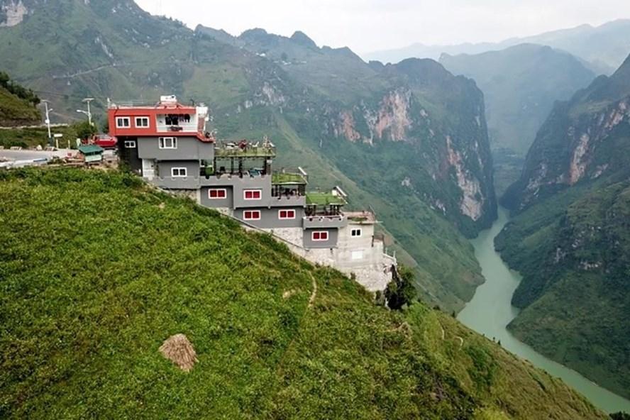 Nhà nghỉ Panorama xây dựng không phép trên đèo Mã Pí Lèng (ảnh: Vnexpress.net).
