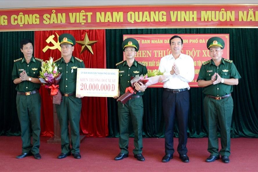 Ông Lê Trung Chinh (áo trắng) - Phó Chủ tịch  UBND TP Đà Nẵng trao khen thưởng cho lực lượng Bộ đội biên phòng. ảnh: H.Vinh
