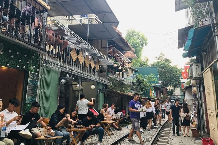 Đường tàu lửa trở thành phố cà phê (ảnh: LĐO).