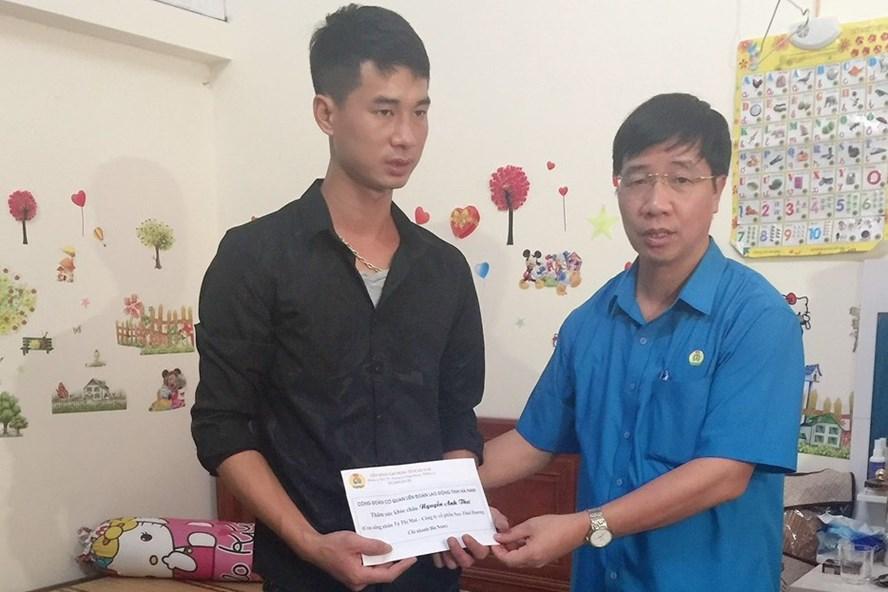 Đồng chí Trịnh Văn Bừng- Chủ tịch Liên đoàn Lao động tỉnh Hà Nam thăm hỏi, trao hỗ trợ tới gia đình cháu Nguyễn Anh Thư.