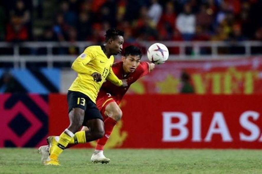 Tại AFF Cup 2018, Văn Hậu đã làm tốt nhiệm vụ kèm Mohamadou Sumareh. Ảnh FAM