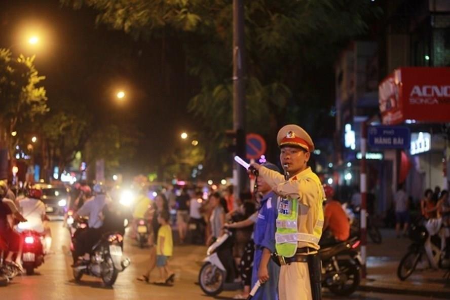 Cảnh sát giao thông phân luồng, điều tiết giao thông trên phố đi bộ. Ảnh Trần Vương