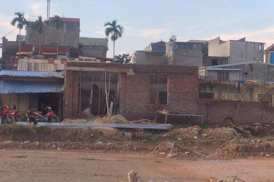 Chiều ngày 9.10, tình trạng xây trái phép vẫn diễn ra hai bên đường WorldBank trên phường Thành Tô - ảnh PV
