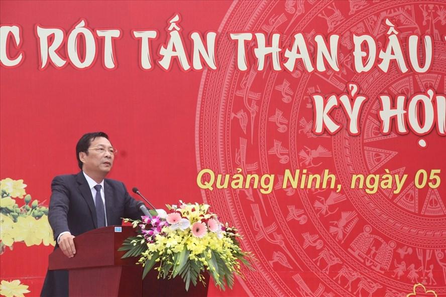 Bí thư Tỉnh ủy Quảng Ninh Nguyễn Văn Đọc chúc mừng TKV rót những tấn than đầu tiên của năm mới Kỷ Hợi, Ảnh: T.N.D