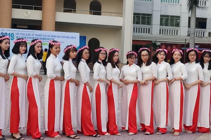 Sinh viên Trường ĐH Sư phạm TPHCM trong lúc chụp kỷ yếu Ảnh: Minh Nhật