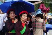 Hàng nghìn người đội mưa xem hát hội Lim