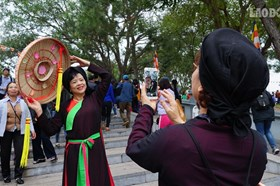 """Liền chị xúng xính, chụp ảnh """"tự sướng"""" ở Hội Lim"""