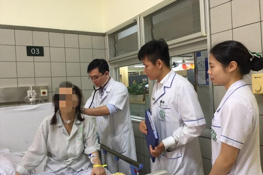 Bệnh nhân được các bác sĩ thăm khám trước khi xuất viện cuối tuần qua