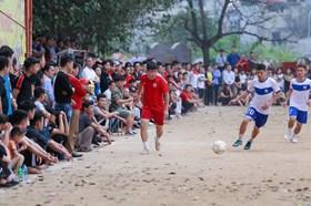 """Hàng nghìn người """"trảy hội"""" giải bóng đá gần 100 tuổi Triều Khúc"""