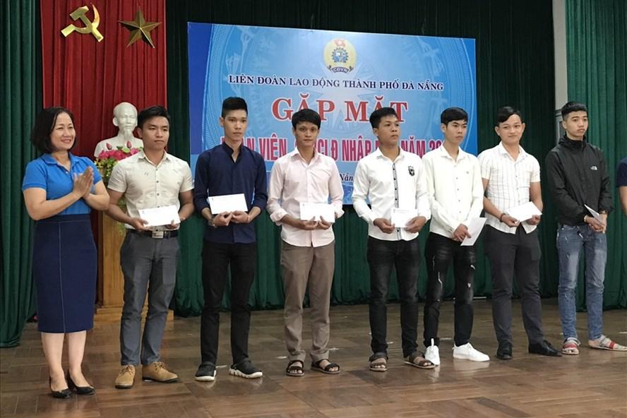 Bà Đinh Thị Thanh Hà - Phó Chủ tịch LĐLĐ thành phố Đà Nẵng (trái) tặng quà cho các Đoàn viên, CNVCLĐ nhập ngũ đợt 1 năm 2019. Ảnh: H.V.M