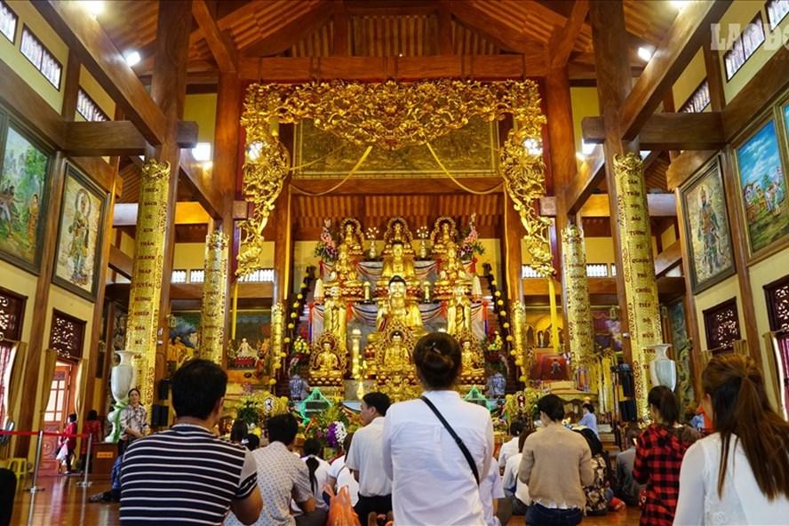 Du khách thập phương, phật tử hành lễ tại chính điện chùa Ba Vàng. Ảnh: Tạ Quang.